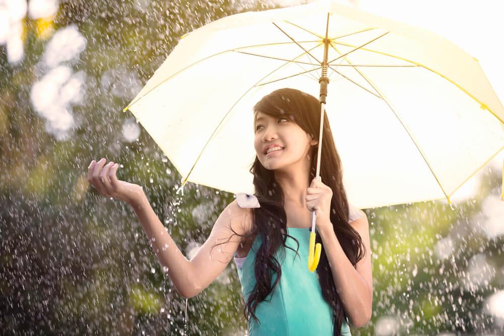 Segarnya Musim Hujan Picu Kulit Makin Berminyak, Yuk Rawat!